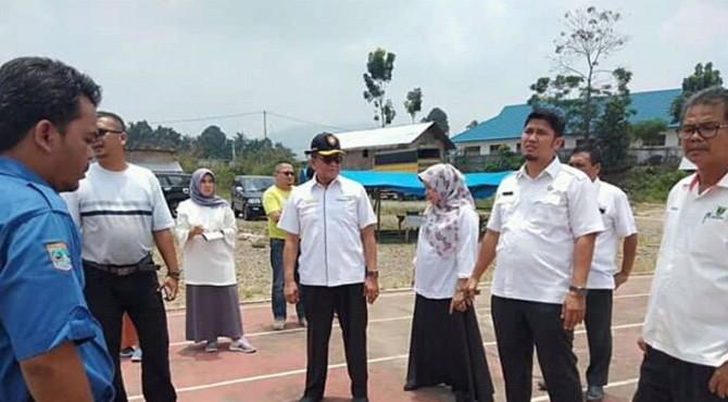 Kadispora Sumbar, Bustavida saat melihat sejumlah venue pertandingan di Padang Tujuh bersama Dispora Pasbar dan Pengurus Koni Pasbar