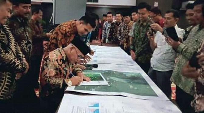 Bupati Yulianto ketika menandatangani peta kerja hasil kesepakatan batas seluruh nagari se Pasbar, serta penandatanganan peta batas nagari.