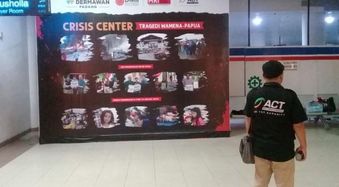 Seorang relawan berdiri di Crisis Center ACT Sumbar di Bandara Internasional Minangkabau, Kamis malam, 3 Oktober 2019