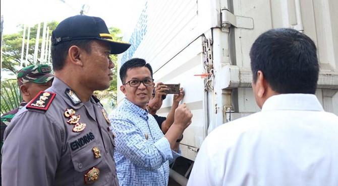 Wakil Walikota Payakumbuh saat menghadiri pembongkaran surat suara di Halaman Kantor KPU Payakumbuh.
