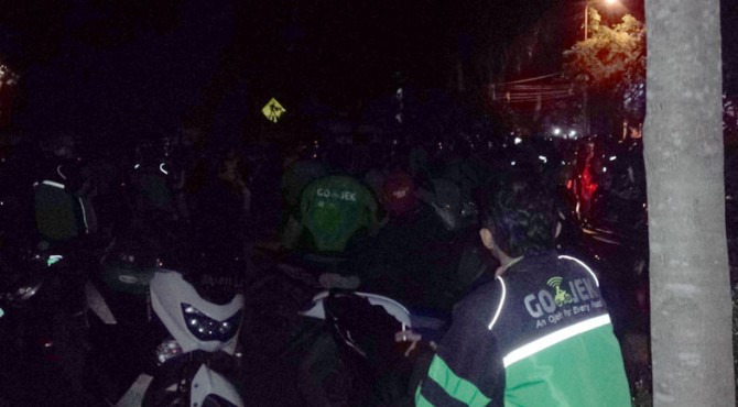 Driver Gojek penuhi Jalan Diponegoro Padang saat protes terkait pemukulan anggota driver Gojek