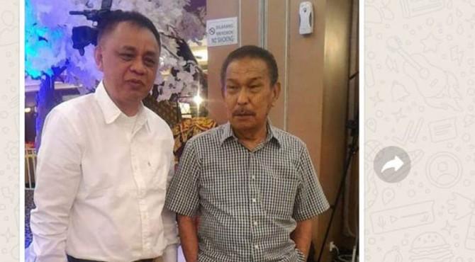 Almarhum Haji Datuak Pangeran (kemeja kotak) saat bersama Dekan FISIP Unand, Alfan Miko.