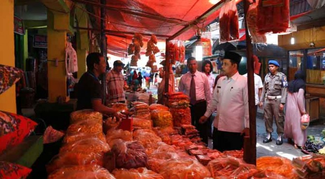 wawako Solok Reinier berbincang dengan pedagang Pasar Raya Solok