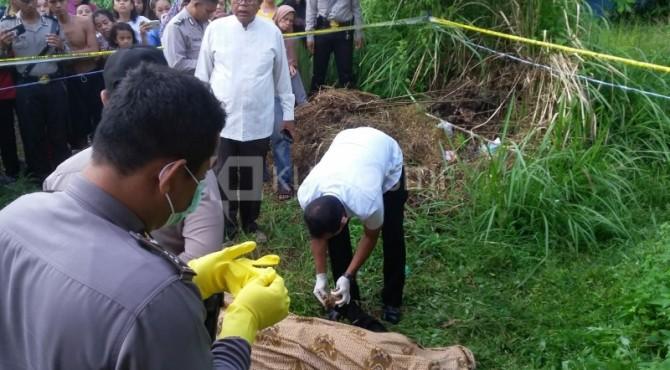 Polisi tengah memeriksa kondisi jenazah pria di Lubuk Begalung