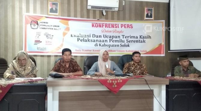 Ketua KPU Solok, Gadis bersama komisioner sampaikan evaluasi pelaksanaan Pemilu di Kabupaten Solok.