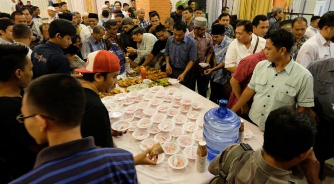 Puluhan wartawan lokal dan nasional tengah mencicipi hidangan berbuka puasa bersama yang disediakan PT Semen Padang di Wisma Indarung