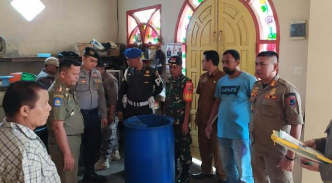 Tim 7 Penegak Perda Kota Payakumbuh saat mengamankan ratusan liter tuak siap edar.