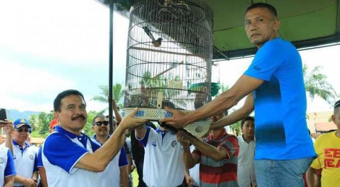 Kapolda Sumbar, Irjen Pol Fakhrizal menggelar lomba burung berkicau.