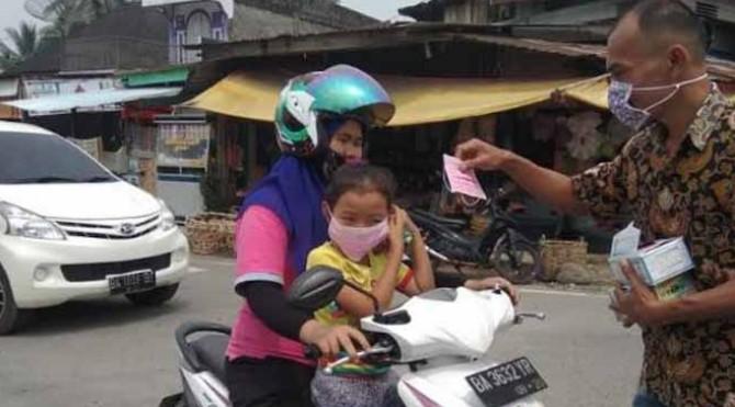 Wartawan Media Online di Solsel bagikan masker ke Pengendara di Simpang empat RTH Padang Aro, Senin 16/9