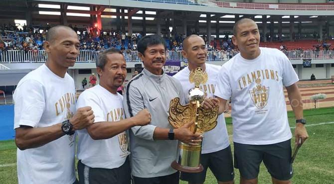 Indra Sjafri foto bersama Piala Trofeo HB X dan tim pelatih yang juga merupakan mantan pemain Timnas seperti Hendro Kartiko, Kurniawan Dwi Yulianto, dan Nova Arianto.