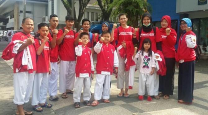 Atlet Kelatnas Perisai Diri binaan FKKSP foto bersama di pelantaran parkir Universitas Brawijaya, Malang