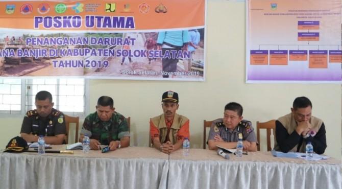 Komandan Tim Tanggap Darurat Bencana Solok Selatan Yulian Efi bersama Forkopimda melakukan rapat evaluasi masa tanggap darurat