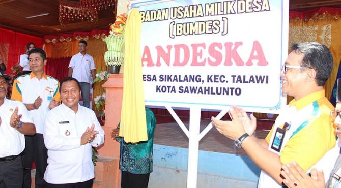 Walikota Sawahlunto Ali Yusuf  dan Head and network services BNI wilayah Padang Dadang Surachman saat peresmian Bumdes Andeska