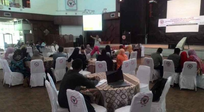 Puluhan UKM di Sumbar yang menjadi mitra binaan PT Semen Padang, mengikuti pembekalan di Gedung Serba Guna PT Semen Padang di Indarung, Rabu, (29/6)