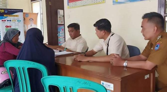 Warga Lurah Talang Kecamatan Payakumbuh Utara mengurus pembuatan sertifikat tanah.