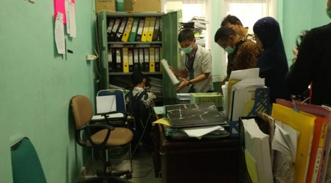 Penggeledahan di ruang Direktur RSUD Rasidin Padang