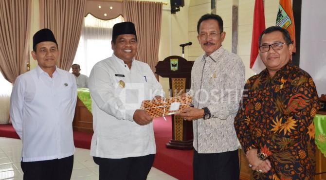 Ketua DPRD Padang Pariaman, Faisal Arifin terima LKPJ Bupati Padang Pariaman yang diwakili Wabup, Suhatri Bur yang disaksikan lansung Sekda, Jon Priadi.