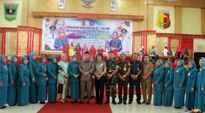 Wawako Solok Ir. Reinier bersama Sekda Rusdianto serta unsur Forkimpinda, TP-PKK Kota solok dan lainnya usai peringatan Hari Kartini ke-138