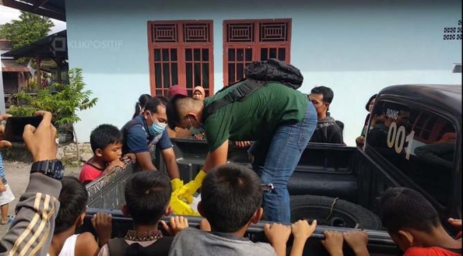 Polisi melakukan evakuasi terhadap temuan mayat bayi di Padang.