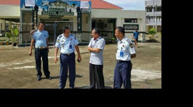 Kepala Biro CSR Semen Padang, Dasril berdialog dengan sejumlah petinggi Rutan Klas II B Padang disela-sela survei yang dilakukan CSR ke Rutan Klas II B Padang