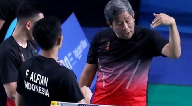 Pasangan ganda putra Indonesia, Fajar Alfian/Muhammad Rian Ardianto, mendapat arahan dari sang pelatih Herry Iman Pierngadi (kanan) dalam laga melawan Bodin Isara/Maneepong Jongjit (Thailand) di semifinal SEA Games 2019, Senin (2/12).