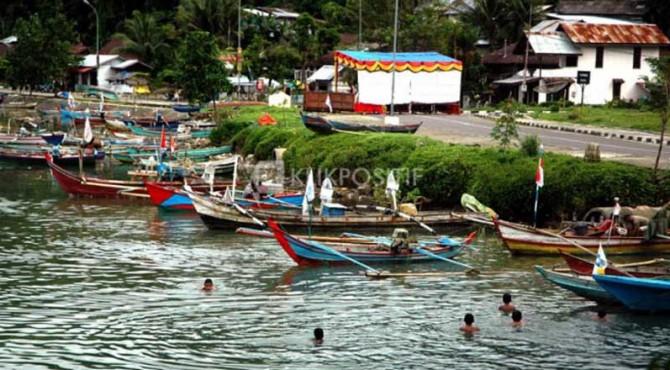 Kapal bagan nelayan sedang bersandar.