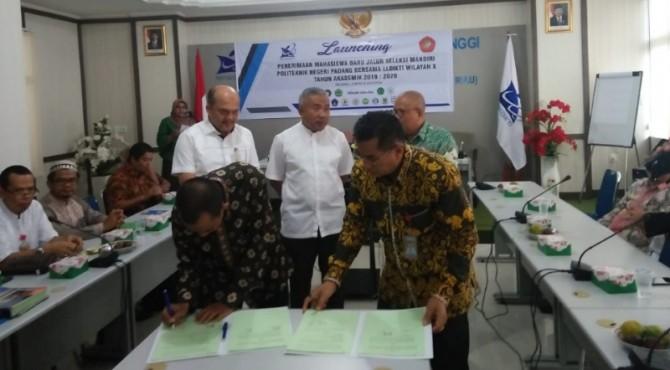 Direktur PNP Surfa Yondri (kanan) saat penandatanganan MoU dengan Dekan FTI UBH Hidayat (kiri). MoU penerimaan mahasiswa baru jalur mandiri itu dilakukan PNP dengan 14 PTS.
