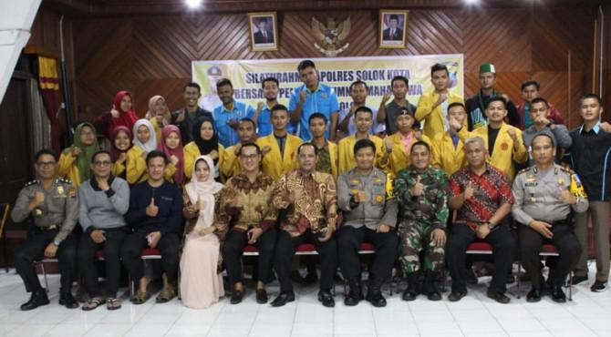 Kapolres Solok Kota, AKBP Ferry Suwandi foto bersama dengan para mahasiswa.