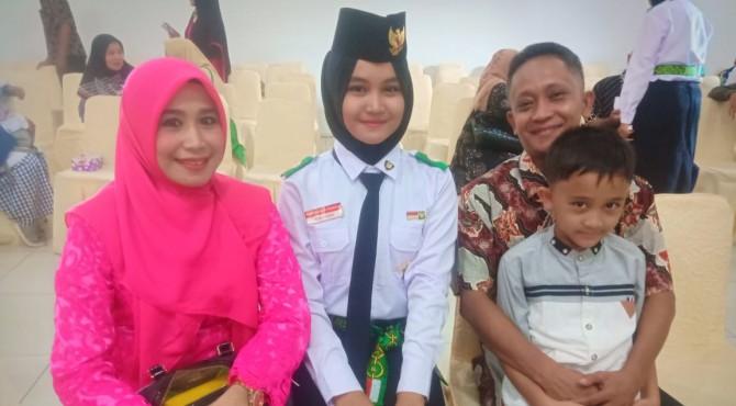 Hanifah Aulya Hasanah bersama kedua orangtuanya di sebuah acara Paskibraka di Kantor Gubernur Sumbar.