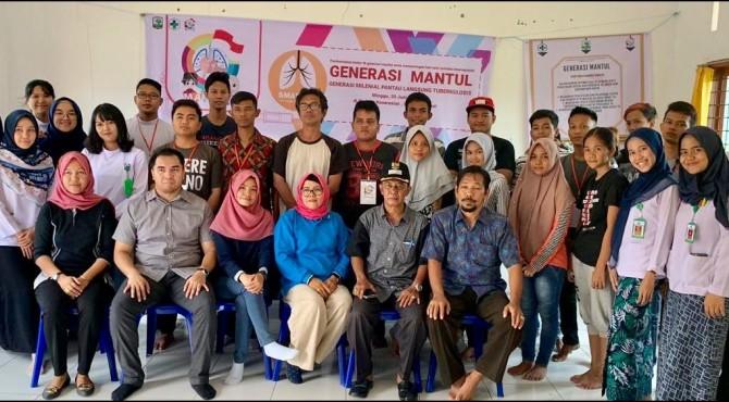 Dokter Muda FK-Unand bersama pihak Puskesmas Andalas foto bersama dengan Generasi Mantul usai sosialisasi aplikasi SMART-TB di Gedung Keserasian Sawahan Timur, Minggu (30/6/2019)
