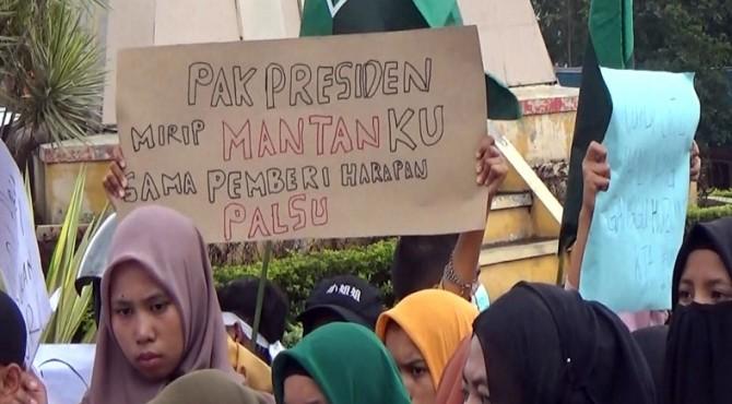 Demo mahasiswa Solok di Gedung DPRD Solok