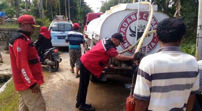 Personel TRC Semen Padang membagikan air bersih pada masyarakat