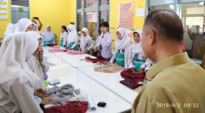 Wagub Sumbar Nasrul Abit melihat hasil kerajinan siswa SMK 6 Padang