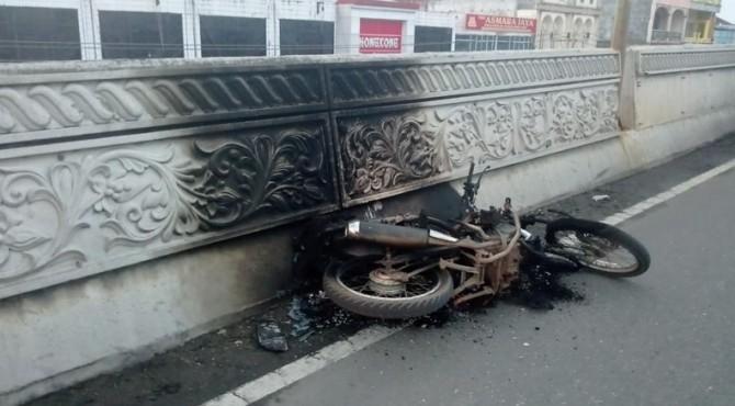 Sepeda motor korban yang terbakar