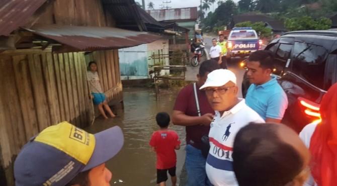 Bupati Pasaman Barat, Yulianto saat melihat kondisi korban luapan Sungai Tamunarang Kecamatan Sungai Aur. (