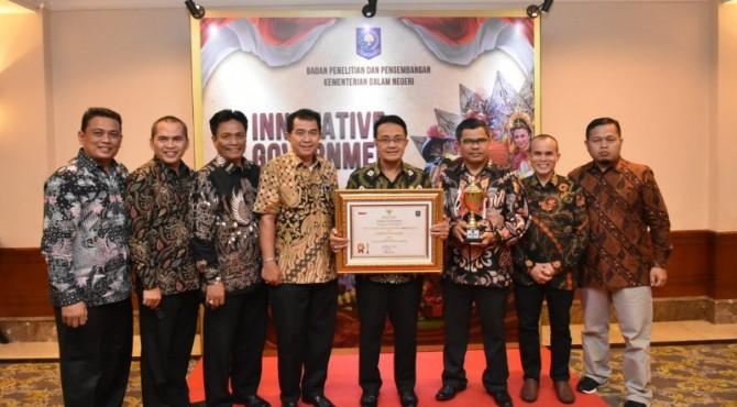 Bupati Agam bersama Kepala Dinas Dukcapil Agam dan OPD lainnya usai menerima anugerah IGA 2019