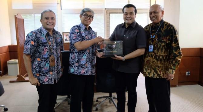 Direktur SDM & Pengembangan Bisnis PT Sucofindo, Rozainbahri Noor�(dua dari kiri) menyerahkan cindramata kepada Direktur Operasi Semen Padang, Firdaus di kantor Pusat Semen Padang, Jumat (17/5/2019)
