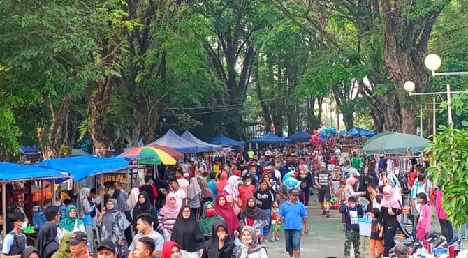 Aktivitas warga pada Minggu pagi di kawasan GOR Agus Salim Padang