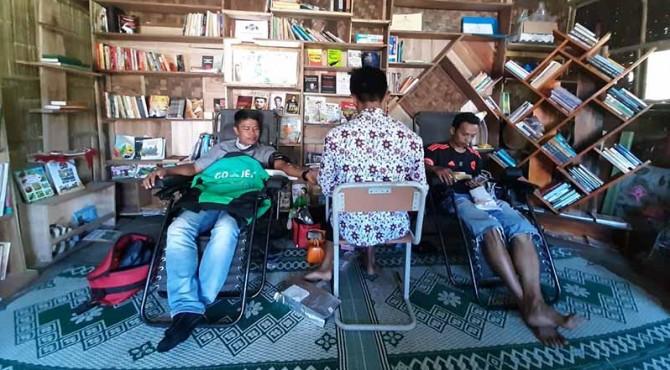 Para pendonor melakukan aktivitas donor darah sambil membaca buku di Balai Baca Rumah Bako, Agam.