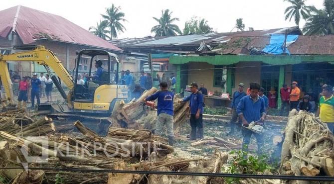 Penanganan bencana akibat puting beliung di Kota Payakumbuh.
