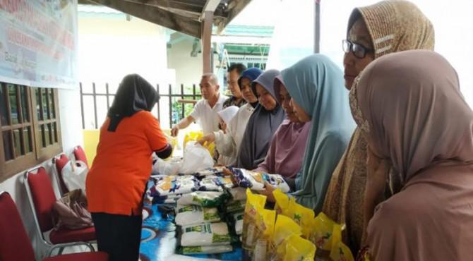 Pengunjung bazar murah yang dilaksanakan Pemko Payakumbuh.