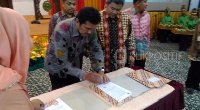 MenPAN-RB, Asman Abnur menandatangi SK pengurus IKA Unand periode 2016-2020.