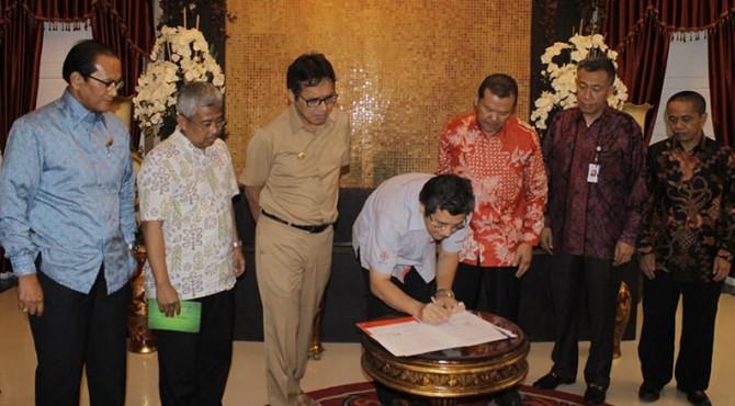 Dirut PT Semen Padang Benny Wendry meneken MoU antara PT Semen Padang dengan PT Dok & Perkapalan Kodja Bahari (Persero)