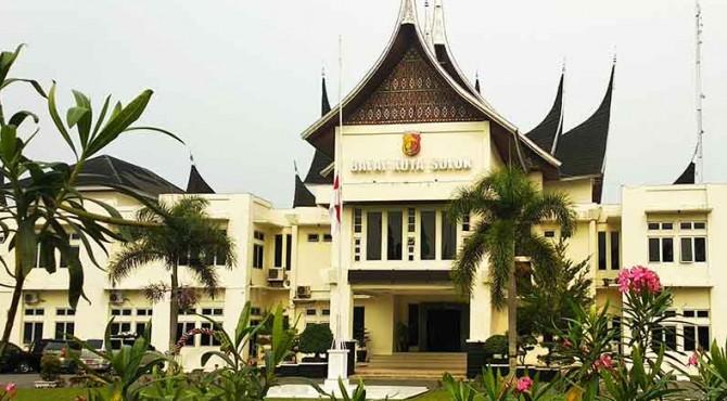 Bendera setengah tiang dipasang di Balai Kota Solok.