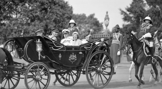 Lord Louis Mountbatten, Raja Muda dan istrinya, Lady Edwina Mountbatten, naik kereta negara menuju penginapan Viceregal di New Delhi,  22 Maret 1947