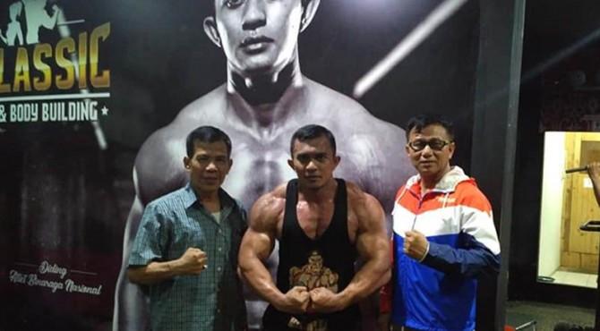 Binaragawan asal Padang, Diding Grimon bersama Ketua KONI Sumbar.