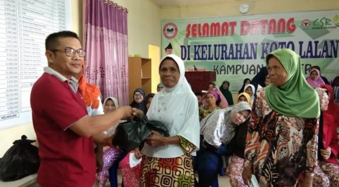Ketua Fotum Nagari Koto Lalang, Syahrul Tanjung, menyerahkan bantuan paket sembako Ramadan kepada warga