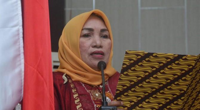 Sekretaris DPRD Solok Selatan Mardiana Membacakan Surat dari Partai Nasdem tentang pembentukan Fraksi Nasdem