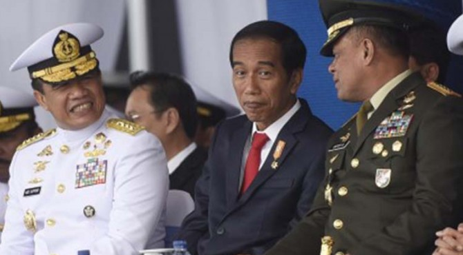 Presiden Joko Widodo (tengah) berbincang dengan Panglima TNI Jenderal Gatot Nurmantyo (kanan) dan KSAL Laksamana Ade Supandi saat pembukaan Komodo 2016