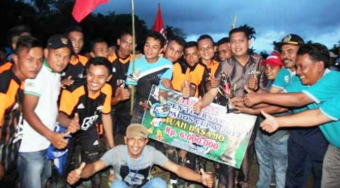 Wabup Atos Pratama berfoto bersama dengan kesebelasan sepak bola yang berhasil meraih juara pertama pada Turnamen Ikapados Cup V